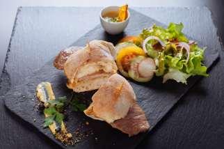 bifanas avec salade servis dans nos circuits gastronomiques à lisbonne avec treasures of lisboa