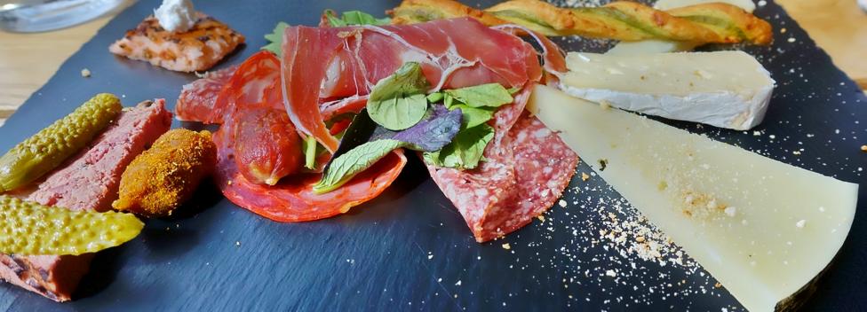 assortiment de charcuterie et de fromages servis dans nos circuits gastronomiques à lisbonne avec treasures of lisboa