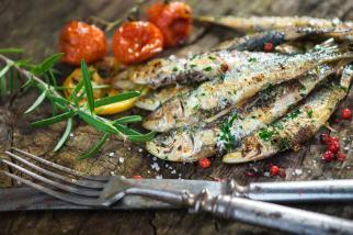 sardines grillees avec thym citron et tomates sechees servis dans nos circuits gastronomiques à lisbonne avec treasures of lisboa