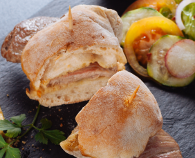 meilleurs bifanas de lisboa avec salade servis dans nos circuits gastronomiques à lisbonne avec treasures of lisboa