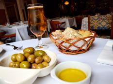 delicieux pains de camapgnes bierre portugaise huile d'olives et olives servis dans nos circuits gastronomiques à lisbonne avec treasures of lisboa