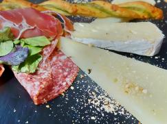 assortiment de fromages et de charcuterie servis dans nos circuits gastronomiques à lisbonne avec treasures of lisboa