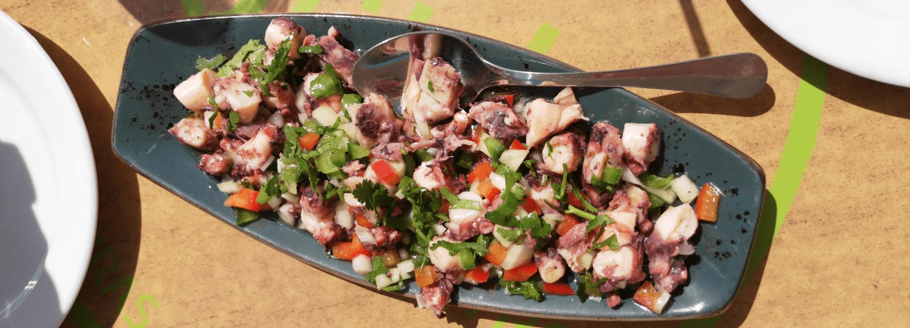 Treasures of Lisboa le meilleur circuit gastronomique à lisbonne sert une salade de poulpe